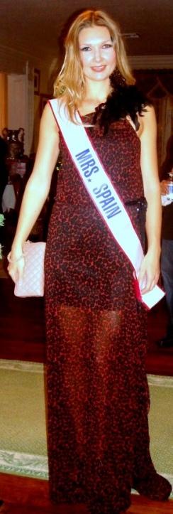 La 'Mrs. Spain' Julia Craven con un diseño de Duré Couture en la fiesta de 'Mrs. World' en Orlando Florida