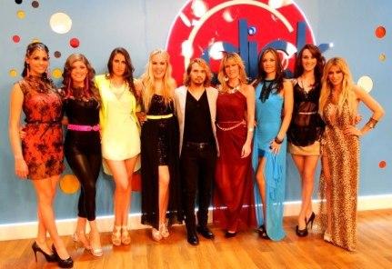 El diseñador Javier Duré con todas las modelos que lucieron sus creaciones